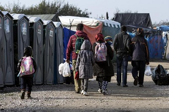 Migrants in Calais start leaving 'jungle'