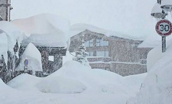 Snow storm cuts off thousands in the Alps