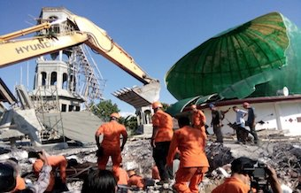 At least 98 die in an 6,9 earthquake in Indonesia